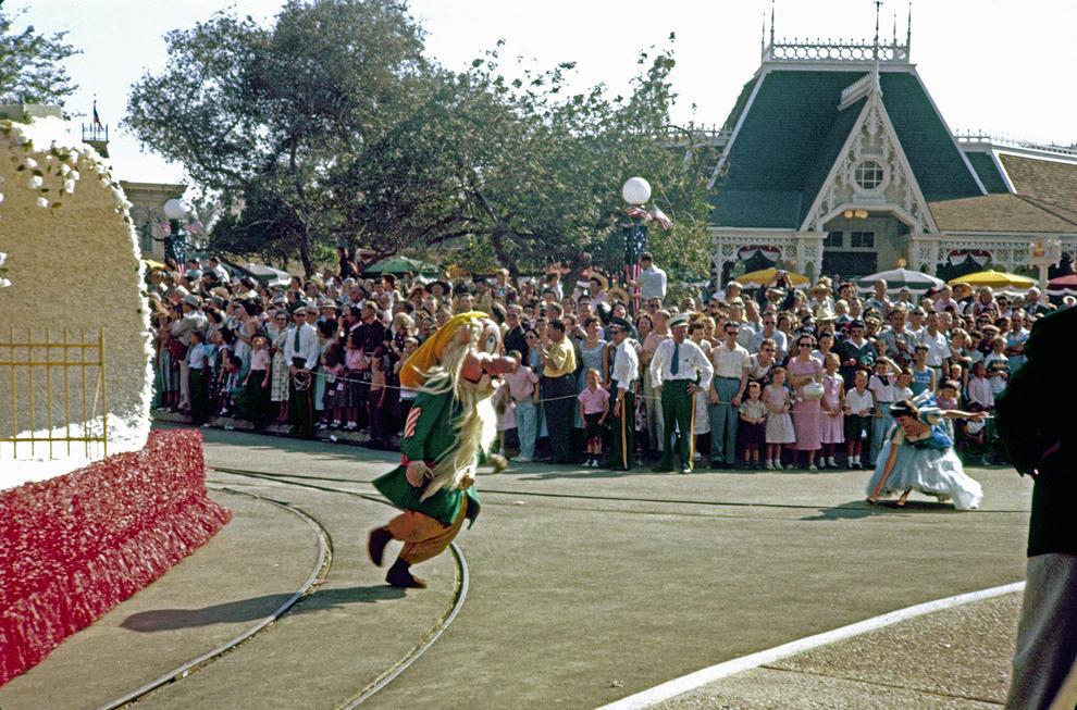 Disneyland photography in 1955 (14)
