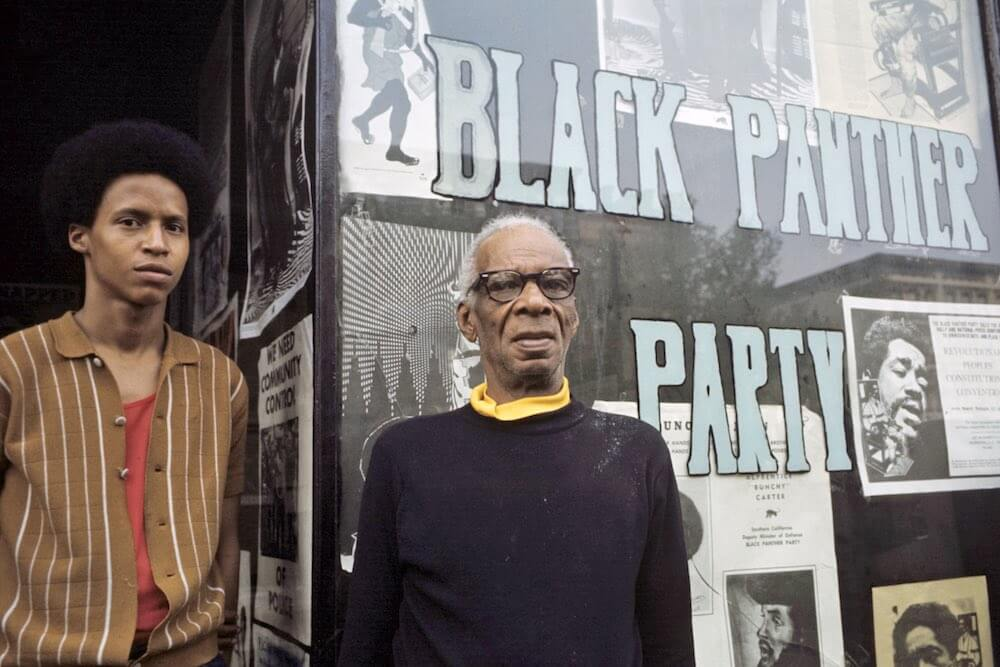 Harlem: The Ghetto. New York City- Harlem- juillet 1970: le ghetto; portait de deux membres des 'Black Panthers' posant sur le seuil du Q.G o˘ sont exposÈes des affiches de portraits de leaders emprisonnÈs. (Photo by Jack Garofalo/Paris Match via Getty Images)