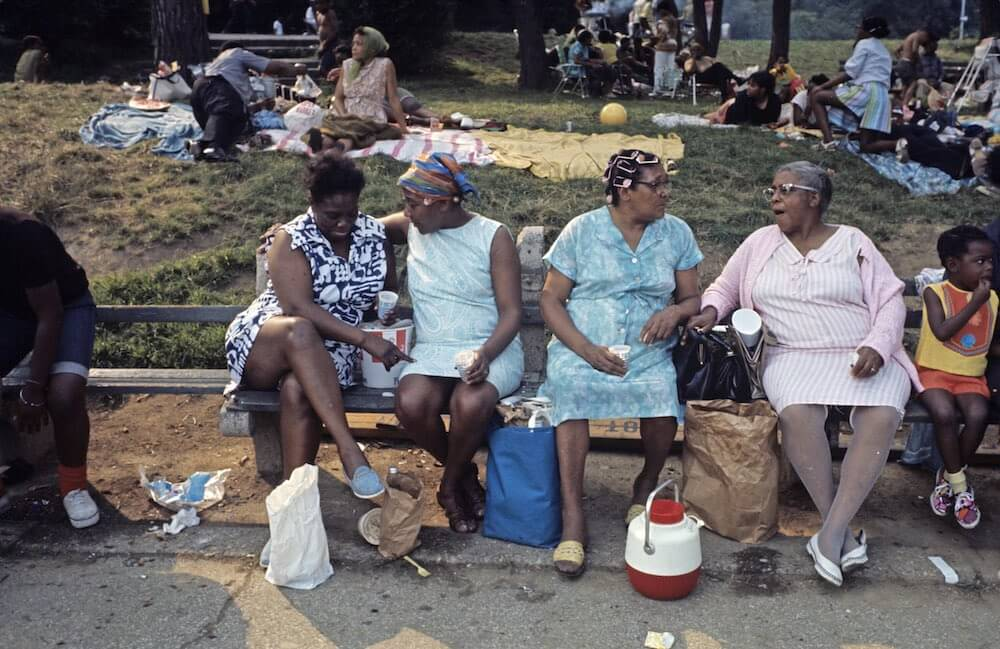 Harlem: The Ghetto. New York City- Harlem- juillet 1970: le ghetto; un groupe de femme afro-amÈricaines piquent-niquent sur un banc ‡ l'extrÈmitÈ nord de Central Park. (Photo by Jack Garofalo/Paris Match via Getty Images)