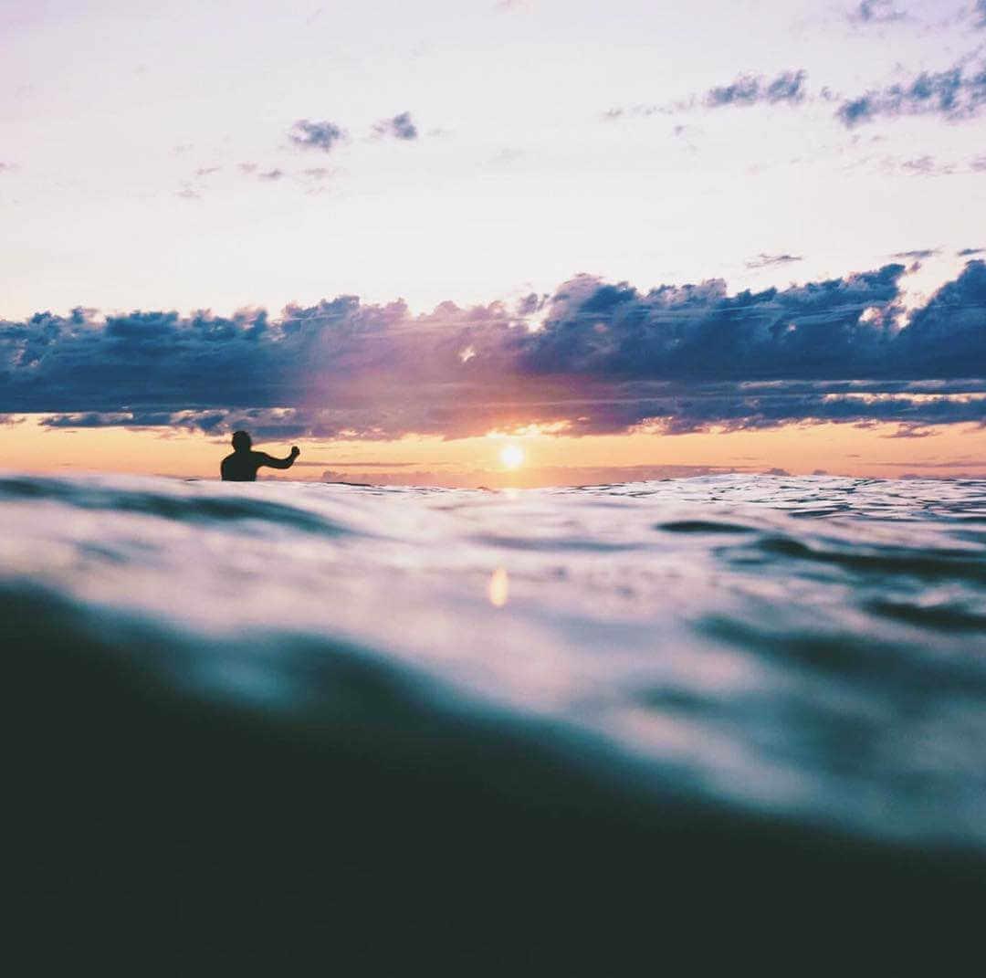Atardecer haciendo surf en portugal
