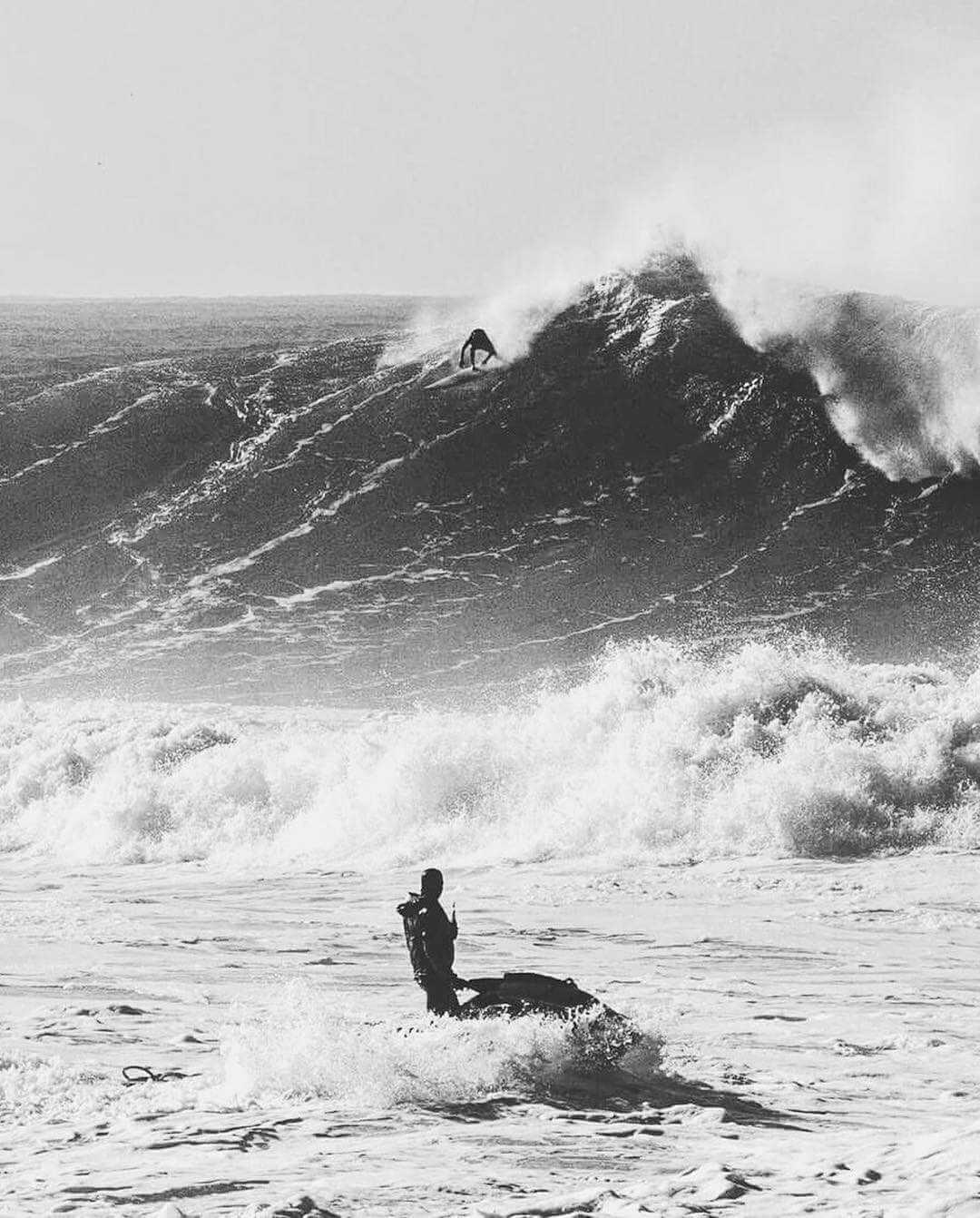 Surfeando una big wave en portugal