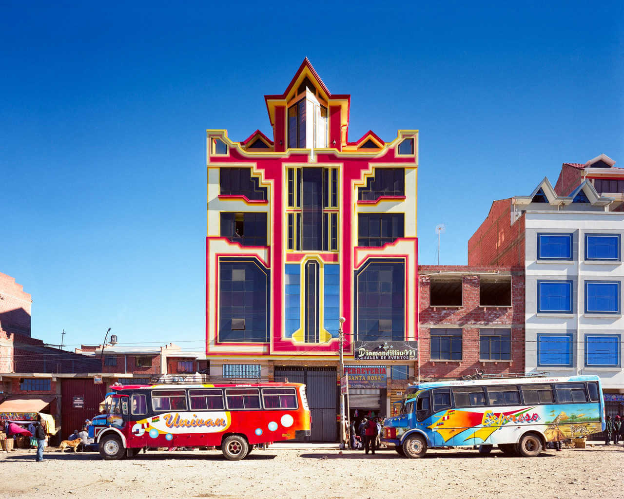 arquitectura colorida en las calles de el alto en bolivia