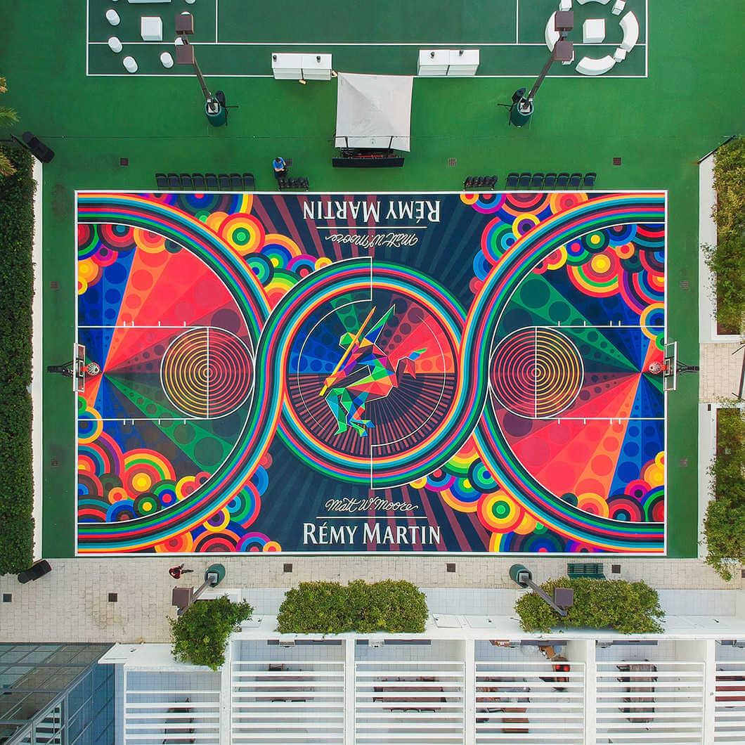 diseño colorido en campo de baloncesto