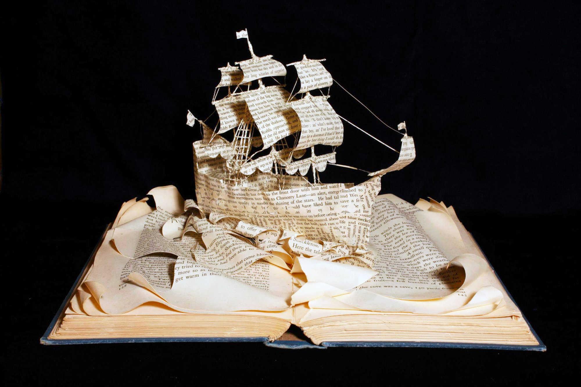 Barco hecho con el papel de un libro