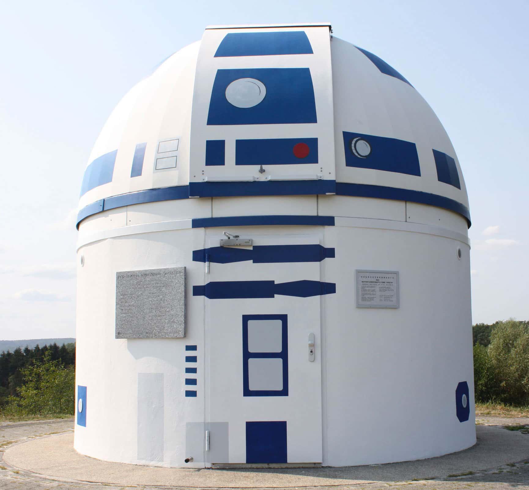 entrada de observatorio pintado de personaje de star wars r2d2 street art