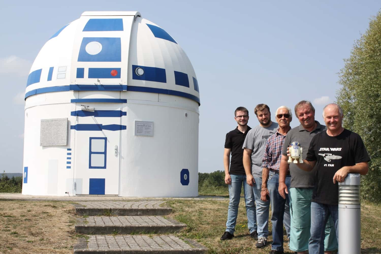 Cientificos en la puerta del observatorio de Zweibrücken como si fuera el androide r2d2