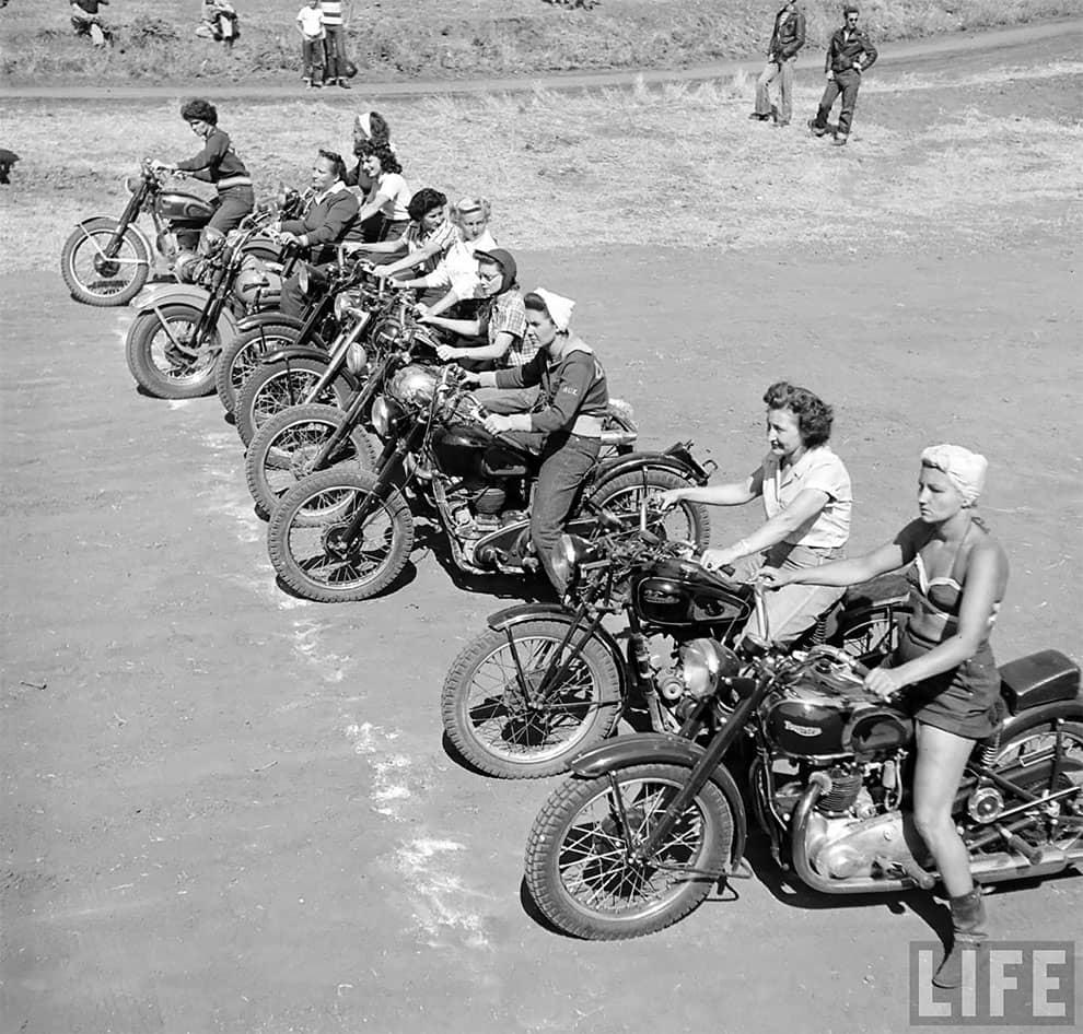 Loomis Dean chicas en motocicleta